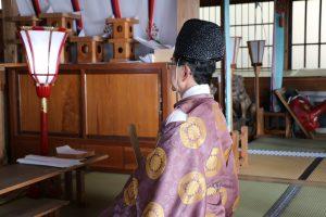 祈祷中の安部宮司